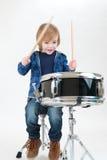 Glücklicher Junge mit Trommel Stockfoto