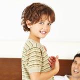 Glücklicher Junge mit Vater Stockbild