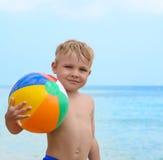 Glücklicher Junge mit Wasserball Lizenzfreie Stockbilder