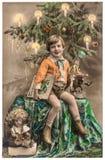 Glücklicher Junge mit Weihnachtsbaum, Geschenken und Weinlesespielwaren Stockfotos