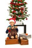 Glücklicher Junge mit Weihnachtsgeschenken Lizenzfreies Stockbild