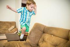 Glücklicher Junge Springendes Kind lizenzfreie stockfotografie