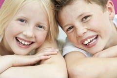 Glücklicher Junge u. Mädchen-Bruder-und Schwester-Lachen Lizenzfreies Stockfoto