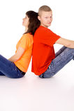 Glücklicher Junge und ein Mädchen, das mit ihr, zurück gedrückt sitzt Stockfotografie