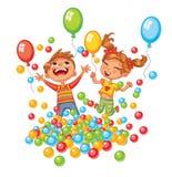 Glücklicher Junge und Mädchen, die mit bunten Bällen am Spielplatz spielt stock abbildung