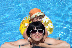 Glücklicher Junge und Mamma im Swimmingpool, Freizeit Lizenzfreie Stockbilder