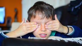 Glücklicher Junge wacht auf und gähnt stock footage