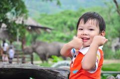 Glücklicher Junge am Zoo Stockfotos