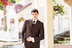 Glücklicher Jungebräutigam an ihrem Hochzeitstag stattlich lizenzfreie stockfotografie