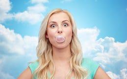 Glücklicher jungen Kaugummi der Frau oder der Jugendlichen Lizenzfreies Stockfoto
