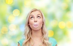 Glücklicher jungen Kaugummi der Frau oder der Jugendlichen Lizenzfreie Stockfotos