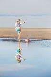 Glücklicher Jungenspielfußball oder -fußball auf dem Strand Stockfotografie