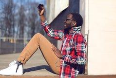 Glücklicher junger afrikanischer Mann des Modelebensstil-Fotos macht selfie Stockfotografie