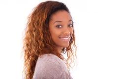 Glücklicher junger Afroamerikaner lokalisiert auf weißem Hintergrund - Blac stockfoto
