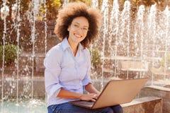 Glücklicher junger afroer-amerikanisch Studenten-Woman Working With-Laptop stockfoto