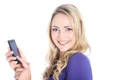 Glücklicher junger blonder Frauen-Holding-Handy Stockfotos