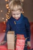 Glücklicher junger blonder Junge mit Geschenkbox Weihnachten Geburtstag Stockfoto