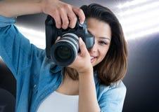 glücklicher junger Fotograf, der ein Foto macht Stadionslichter hinten Stockbilder