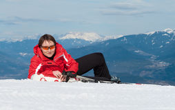 Glücklicher junger GebirgsSkifahrer, der Rest hat Stockfotografie