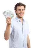 Glücklicher junger Geschäftsmann, der Dollarbanknoten hält Stockfotos