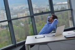 Glücklicher junger Geschäftsmann im Büro Stockfotografie