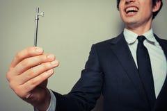 Glücklicher junger Geschäftsmann mit Schlüssel stockbild