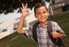 Glücklicher junger hispanischer Junge betriebsbereit zur Schule Stockfoto