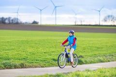 Glücklicher junger Jugendlichjunge, der sein Fahrrad reitet lizenzfreie stockfotografie