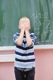 Glücklicher junger Junge an Mathe des ersten Grades klassifiziert Lizenzfreie Stockfotos