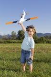 Glücklicher junger Junge und seine neuen RC planieren Lizenzfreie Stockbilder