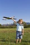 Glücklicher junger Junge und seine neuen RC planieren Lizenzfreies Stockfoto