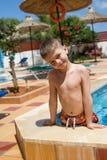 Glücklicher junger lächelnder Junge im Pool lizenzfreie stockfotografie