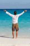 Glücklicher junger Mann auf dem Strand lizenzfreies stockfoto
