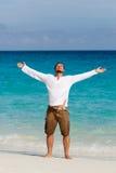 Glücklicher junger Mann auf dem Strand stockfotografie