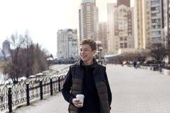 Glücklicher junger Mann auf einer Stadtstraße stockfoto