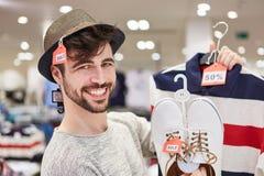 Glücklicher junger Mann beim Einkauf Lizenzfreie Stockbilder