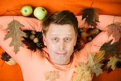 Glücklicher junger Mann bereiten sich für sonnigen Tag des Herbstes vor Art und Weisemann Überraschen Sie den Lesekopfmann, der m stockfotografie