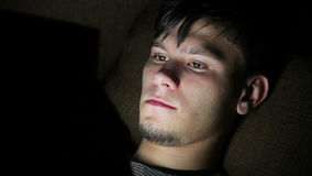 Glücklicher junger Mann, der Digital-Tablet Ipad verwendet stock video