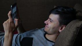 Glücklicher junger Mann, der Digital-Tablet Ipad verwendet stock video footage
