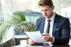 Glücklicher junger Mann, der digitale Tablette im Café verwendet Stockbild