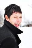 Glücklicher junger Mann, der draußen lächelt Stockfotografie