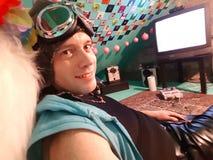 Glücklicher junger Mann, der einen Matrosen und Latexhosen vor t trägt V Stockfotografie