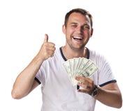 Glücklicher junger Mann, der einen Stapel des Bargeldes hält stockfotos