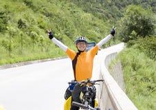 Glücklicher junger Mann in der Natur Lizenzfreies Stockfoto