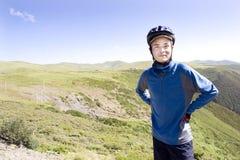 Glücklicher junger Mann in der Natur Stockfoto