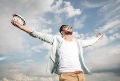 Glücklicher junger Mann, der oben zum Himmel schaut Lizenzfreies Stockbild