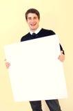 Glücklicher junger Mann, der unbelegte weiße Karte anhält Lizenzfreies Stockfoto