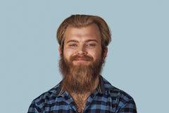 Glücklicher junger Mann des Nahaufnahmeporträts lizenzfreie stockfotos