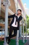 Glücklicher junger Mann im Anzug, der Spaß draußen hat lizenzfreies stockbild