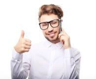 Glücklicher junger Mann im Hemd gestikulierend und bei an sprechen lächelnd Stockfoto